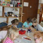 Kinder malen die Socke aus